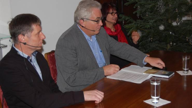 Moderator Peter Buri mit Jörg Kyburz und Magdalena Schaub im Müllerhaus.