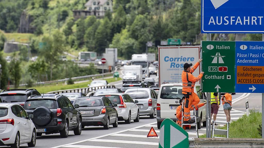 Warten auf die Durchfahrt: Auf der A2 in Richtung Süden stauen sich die Fahrzeuge. (Archivbild)