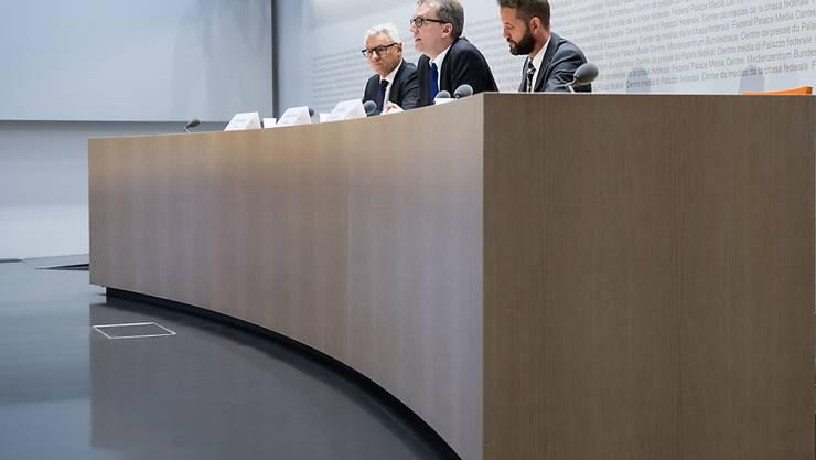 Laut der Weko hat Bucher Importe behindert. Im Bild: Weko-Direktor Patrik Ducrey, Präsident Andreas Heinemann und der stellvertretende Direktor Frank Stüssi (v.l.). (Archivbild)
