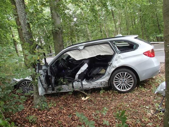 Ein Automobilist verliert im Gebiet Wandfluh in Zetzwil die Herrschaft über sein Auto. Dieses prallte gegen einen Baum. Die Feuerwehr barg den Mann aus dem Auto. Er wurde ins Spital gebracht. Äusserlich blieb er unverletzt.