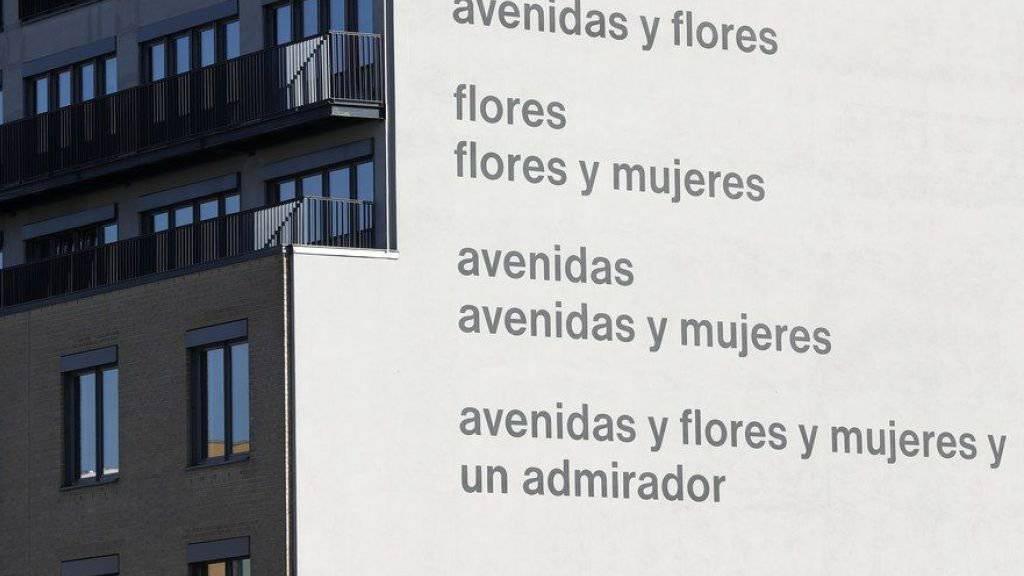 Dieses Gedicht des Schweizers Eugen Gomringer soll übermalt werden, weil es angeblich sexistisch ist. Frauen zu bewundern, sagen Kritiker, heisse, sie zu erniedrigen. Die Akademie der Künste kontert die geplante Übermalung der «avenidas» mit einem eigenen Gomringer-Gedicht. (Archivbild)