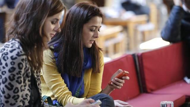Mit dem Handy im Internet: Frauen in einem türkischen Café (Archiv)