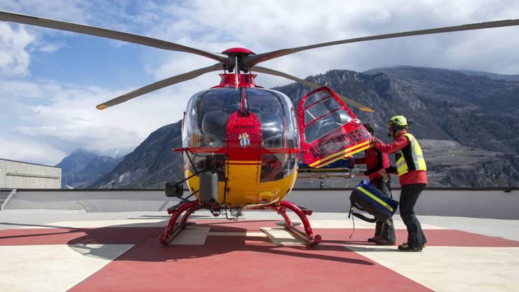Die aufgebotenen Rettungskräfte wurden mit einem Helikopter der Air-Glaciers zum Unfallort geflogen. Sie konnten nur noch den Tod der Frau feststellen. (Symbolbild)