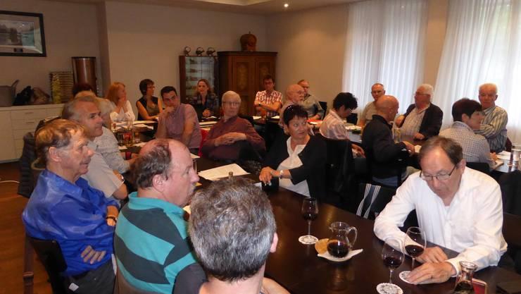Gäste und Mitglieder der SVP Gebenstorf verfolgen gespannt dem Referat von Martina Bircher