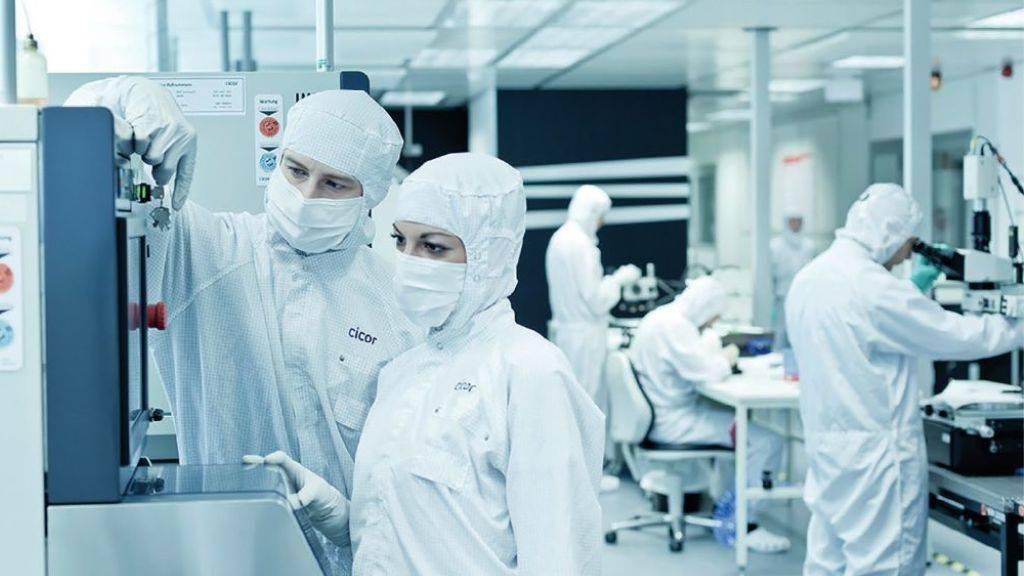 Cicor-Mitarbeitende bei der Arbeit: Das Unternehmen will die Entwicklung in der Schweiz stärken, die Produktion aber zu einem Teil ins Ausland verlagern.