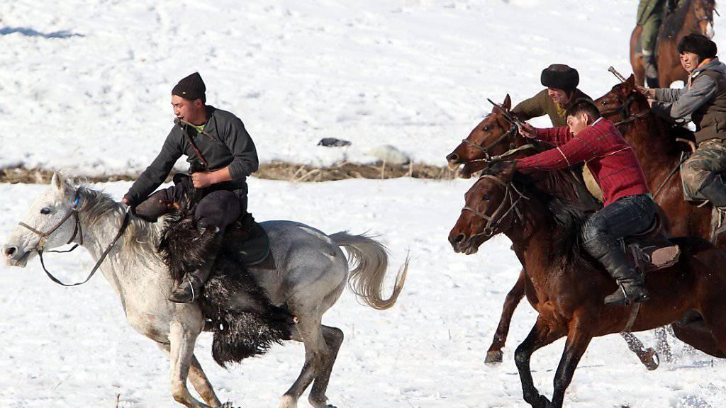 Am Sonntag, zur Tag- und Nachtgleiche, wird in Kirgistan traditionell Kok-Boru gespielt - eine Art Polo mit einer toten Ziege anstatt einem Ball (Archiv).