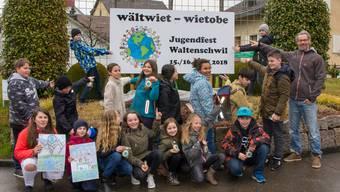 Stolz präsentiert die Klasse 5b der Schule Waltenschwil ihr Logo zum Jugendfest.