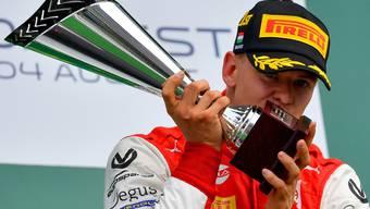 Mick Schumacher mit dem Pokal als Formel-2-Weltmeister von 2020. Im nächsten Jahr tritt er nun in die Fussstapfen seines berühmten Vaters Michael