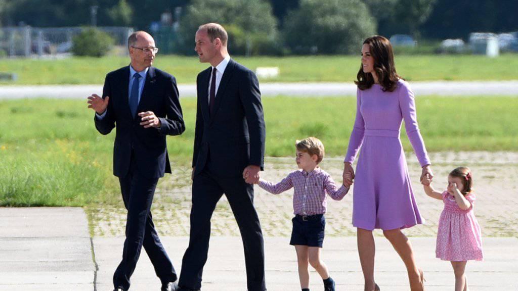 Der britische Prinz William und seine Frau Herzogin Kate besichtigen mit ihren Kindern George und Charlotte in Hamburg ausgestellte Helikopter von Airbus