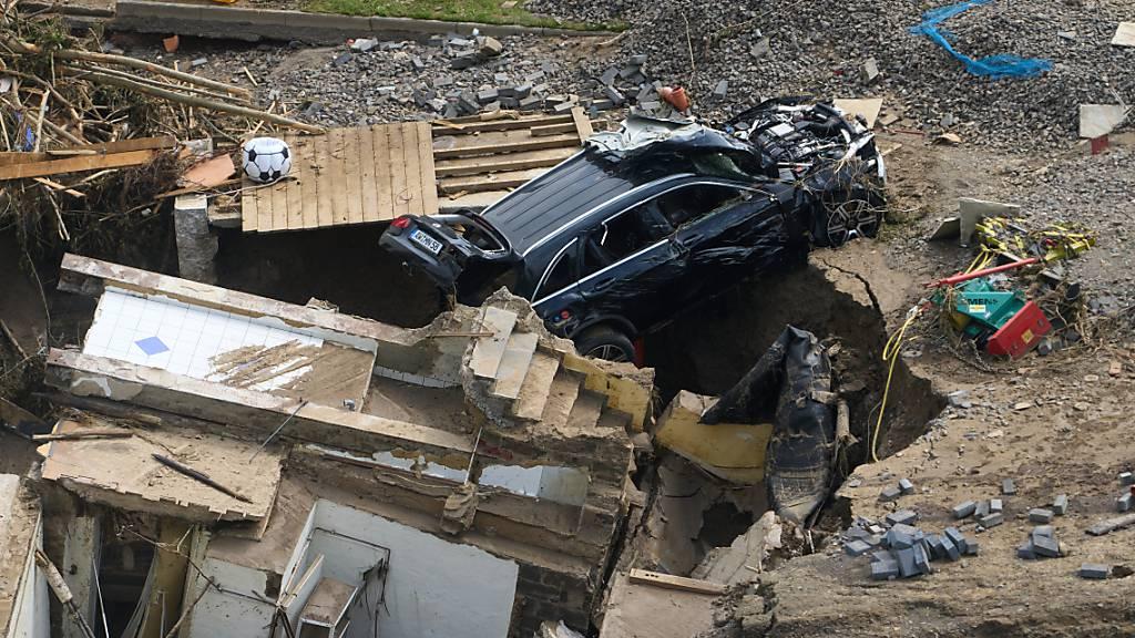 dpatopbilder - Häuser und Autos im Ahrtal im Ortsteil Walporzheim sind zerstört. Foto: Thomas Frey/dpa