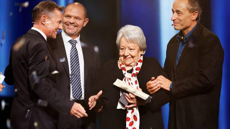 Die Siegerin des Abends: Irma Koch bekommt mehr Stimmen als Markus Ernst (links) und Johannes Muntwyler (rechts.) Peter Bühlmann gratuliert.