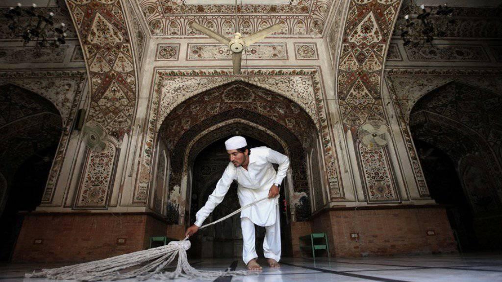 Reinigen einer Moschee in Pakistan vor dem Ramadan.