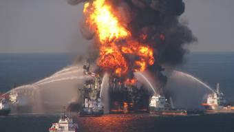 """Die BP-Bohrinsel """"Deepwater Horizon"""" nach der Explosion (Archiv)"""