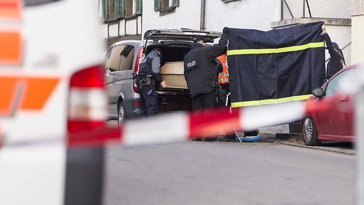 Polizisten laden nach dem Tötungsdelikt in Hemmental, bei dem zwei Männer ihr Leben verloren, einen Sarg in ein Auto. (Archivbild)