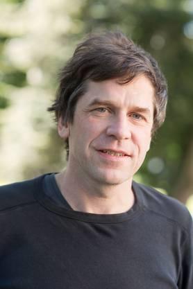 Er war Dramaturg in Esslingen und Theaterleiter in Aarau, ist Mitglied des Spoken-Word-Ensembles «Bern ist überall» und des Trios «Krneta, Greis & Apfelböck». Zuletzt von ihm erschienen ist der Familienroman «Unger üs». (sa)