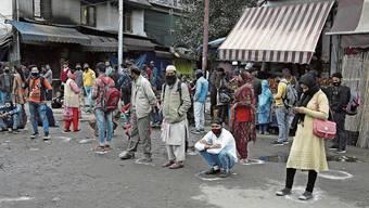 Gut gemeint: Markierungen am Boden zeigen an, wo die Menschen im Bundesstaat Jammu auf den Bus warten sollten.