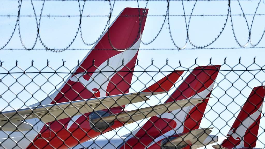 Die australische Fluggesellschaft Qantas will auf den Flügen künftig Schutzmasken und Reinigungstücher verteilen - aber den Mittelsitz in der Economy-Class nicht freilassen. (Archivbild)