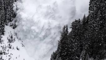 Diese Lawine in Anzère VS wurde von Forschern zu Testzwecken absichtlich ausgelöst – geraten die Schneemassen aber unerwartet in Bewegung, kann dies schwerwiegende Folgen haben.