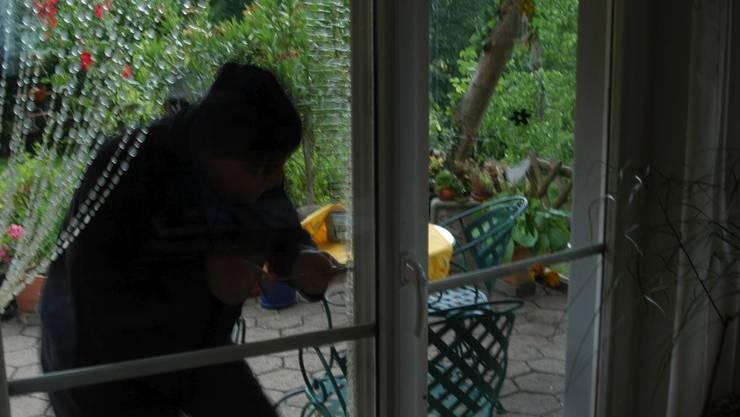 Die drei Einbrecher kamen durch die Terrassentür ins Haus. (Symbolbild)