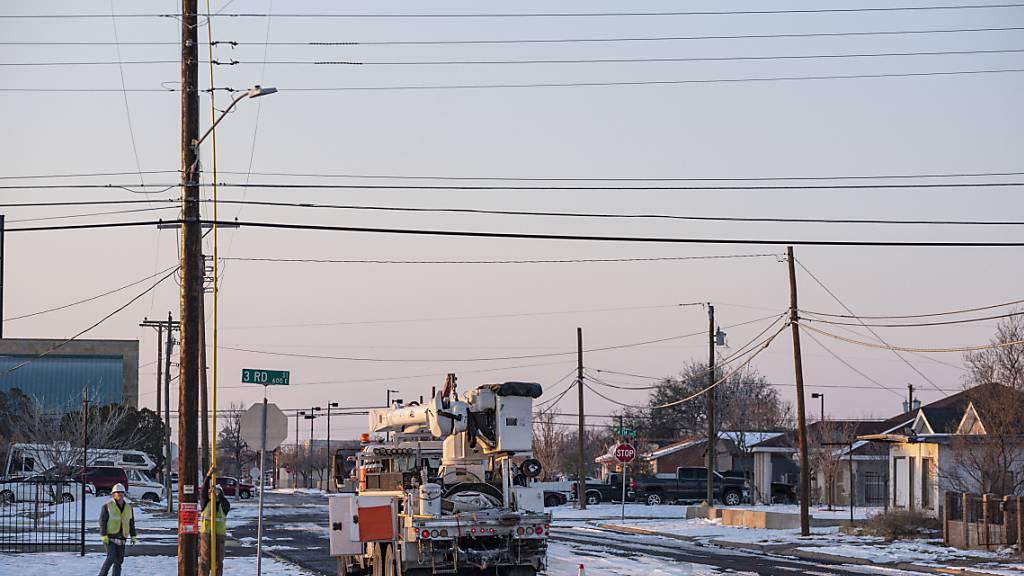 Elektriker arbeiten an der Wiederherstellung der Stromversorgung in Odessa nach einem Wintersturm. Foto: Eli Hartman/Odessa American/AP/dpa