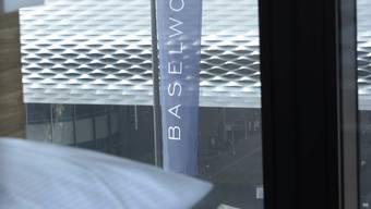 Exklusive Aussicht an der Baselworld: Hotelzimmer mit Blick auf die Messehallen.