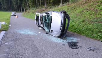 Das Auto überschlug sich und blieb auf der Seite liegen.