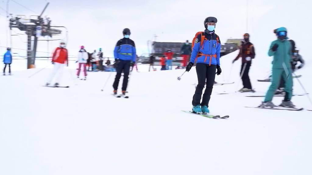 Polizisten auf Skis kontrollieren Corona-Massnahmen im Skigebiet