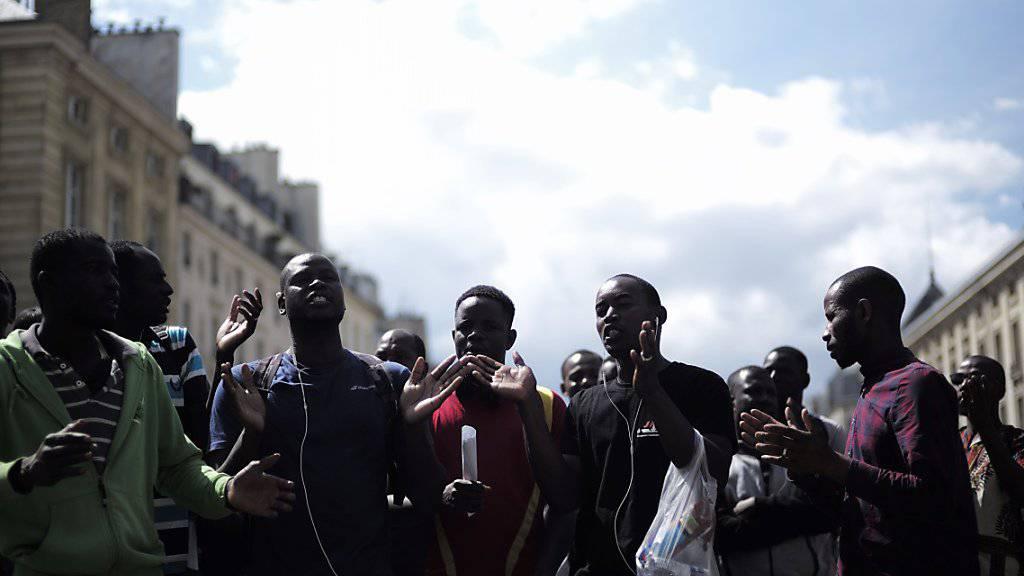 Bleiberecht und besser Unterkünfte: Flüchtlinge demonstrieren vor dem Pantheon, der französischen Ruhmeshalle, in Paris.