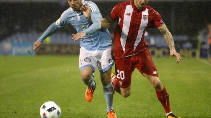 Der Ex-Basler Marcelo Diaz (links) im Zweikampf mit Sevillas Vitolo