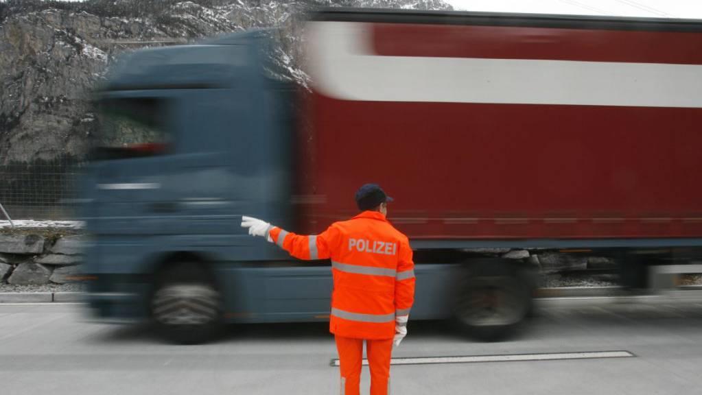 Ein Lastwagen im Schwerverkehrszentrum bei Erstfeld UR. (Archivaufnahme)