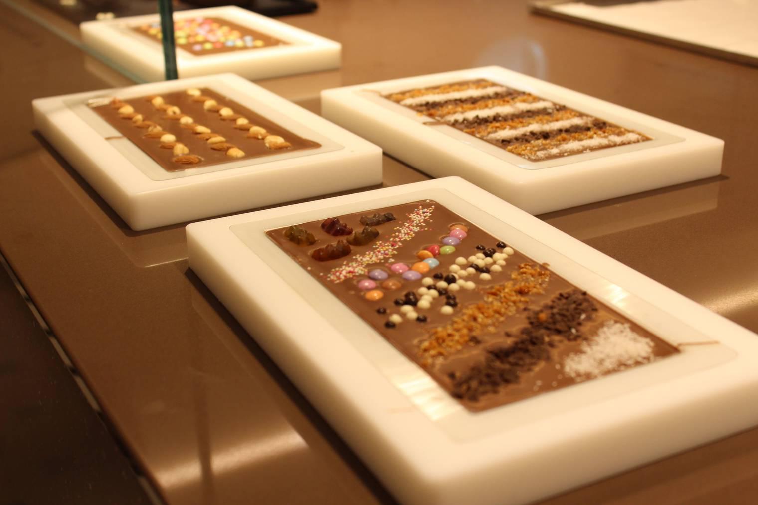 Hier werden Schokoladen-Tafeln gegossen. (Bild: Lara Abderhalden/FM1Today)