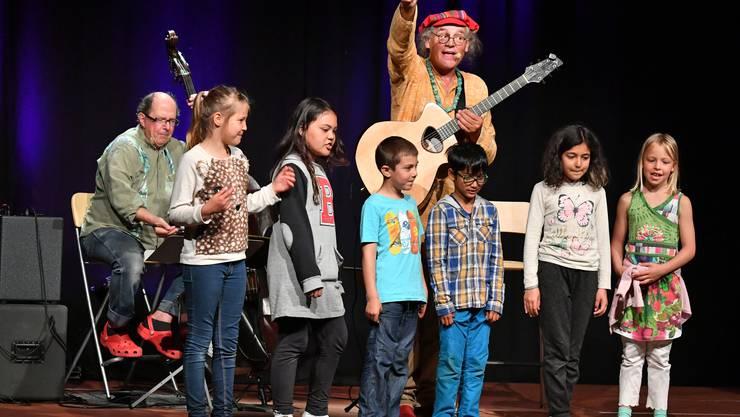 Liedermacher Linard Bardill und Bassist Bruno Brandenberger musizierten gemeinsam mit Schulkindern.