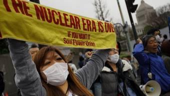 Menschen in Japan demonstrieren für einen Atomausstieg