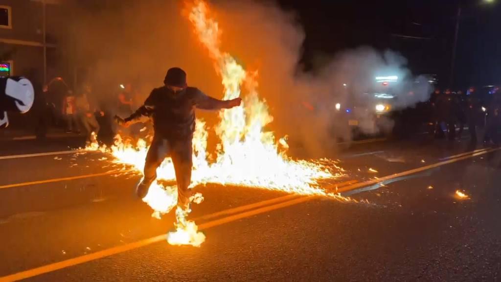 Molotov-Cocktail steckt Mann in Brand