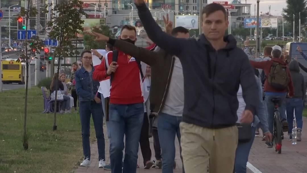 Belarus: Zehntausende Menschen demonstrieren weiter - Freigelassene berichten von Misshandlungen