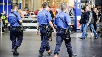 Polizisten kontrollierten am Samstag zwei der vier Männer am Hauptbahnhof Zürich. (Symbolbild)