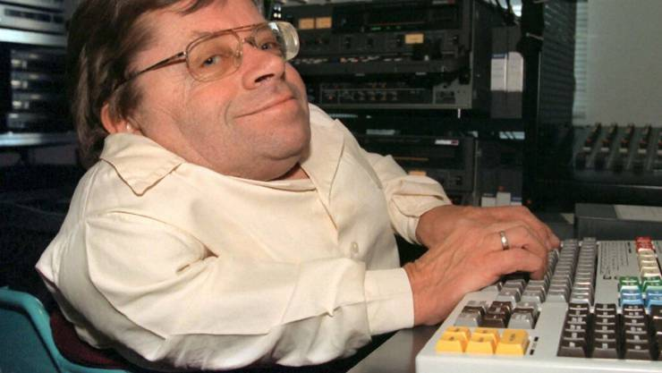 ARCHIV - Im Rollstuhl sitzend arbeitet Peter Radtke in seinem Büro am Computer. Foto: Stefan Kiefer/dpa