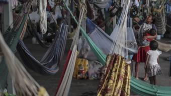 Tausende Flüchtlinge aus Venezuela leben in Behelfslagern in Nordbrasilien. Nun hat das brasilianische Militär Soldaten an die Grenze nach Venezuela geschickt. (Foto: Antonio Lacerda/EPA)