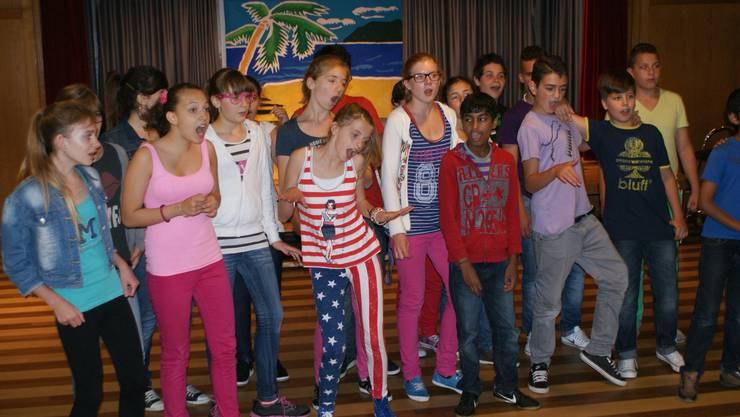 Mit grossem Elan singen und tanzen die Jugendlichen