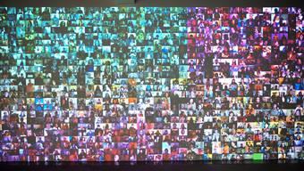 Die Multimediainstallation «Hello World! or: How I Learned to Stop Listening and Love the Noise» des Amerikaners Christopher Baker zeigt ein chaotisches Nebeneinander von Videotagebüchern im Internet. Das Werk ist Teil der neuen Ausstellung Poetics and Politics of Data im Haus für elektronische Künste auf dem Dreispitz.