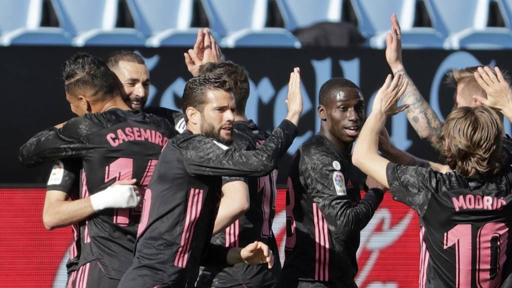 Karim Benzema (in den Armen von Casemiro) sorgt dafür, dass Real Madrid im Meisterrenen bleibt.