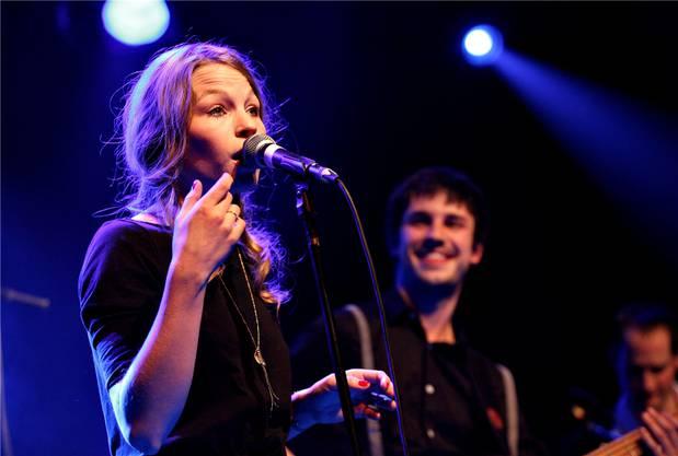 Die 25-jährige Sängerin Anna Rossinelli und ihre Band begeistern das Publikum.