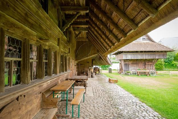 Nur der Festbank stammt aus der heutigen Zeit. Besonders eindrücklich sind die alten Fenster des Strohdachhauses.