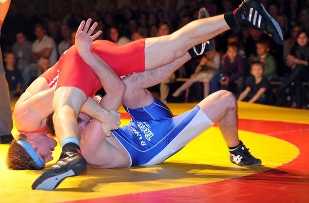 Sandro Vollenweider (rot, Freiamt) in extremis gegen Dominik Bossert.