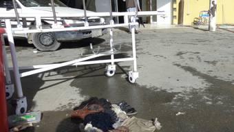 Vor einem Spital in der Provinz Paktia sind nach der Einlieferung von Opfern eines Selbstmordanschlags eine Bahre und Habseligkeiten der Opfer zurückgeblieben.