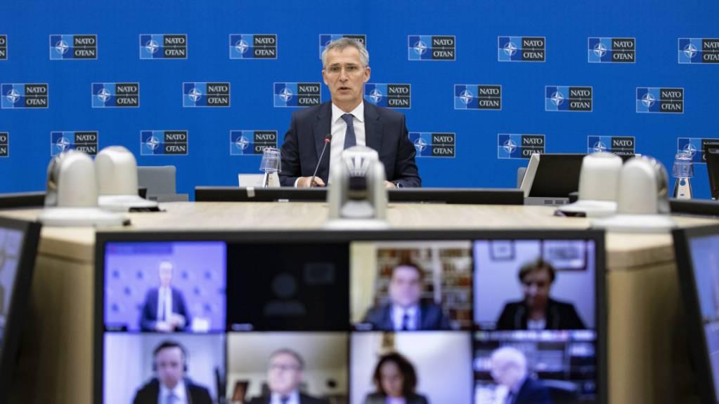 Dieses von der Nato zur Verfügung gestellte Foto zeigt Jens Stoltenberg (hinten), Generalsekretär der Nato, während einer Videokonferenz.