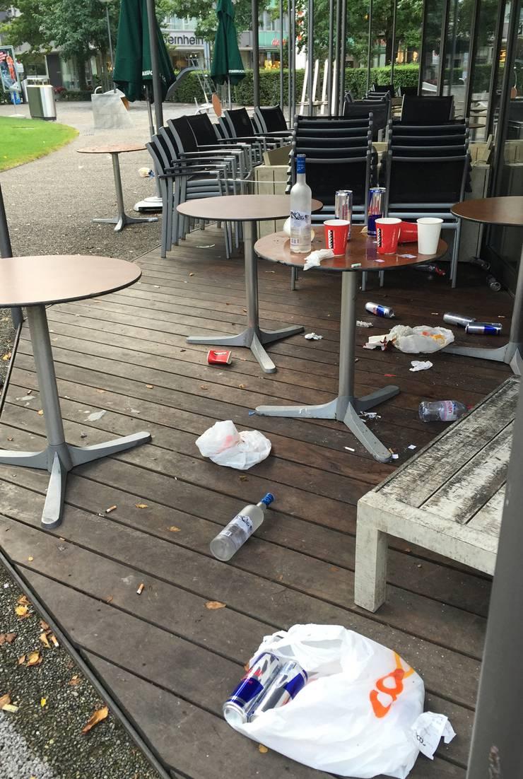 Je eine leere Wodka-Flasche auf und vor dem Tisch: Die Spuren einer Partynacht.