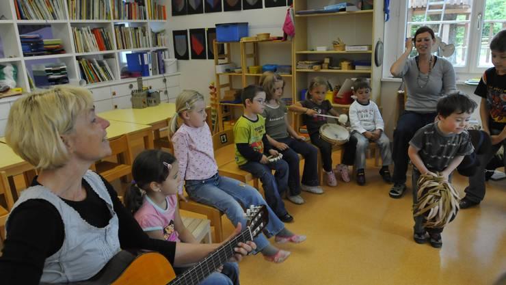 Den Kindergarten besucht ein Kind mit Downsyndrom (Trisomie 21).