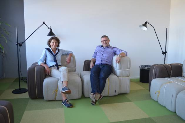 Geschäftsführerin Rebekka Hansmann und VR-Präsident Karsten Bugmann sitzen auf den Loungesesseln im Bistro.
