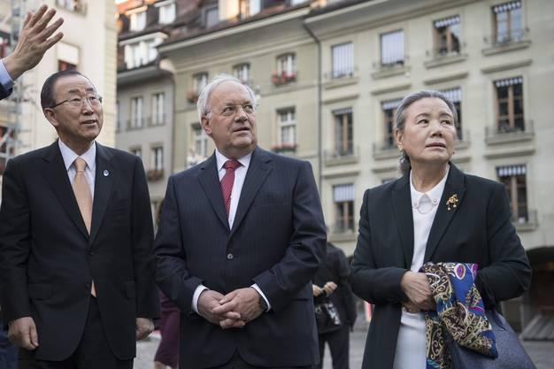 Bundespräsident Johann Schneider-Ammann, Ban Ki-moon und dessen Frau Nan Soo-taek bestaunen das Berner Münster bei ihrem offiziellen Besuch.